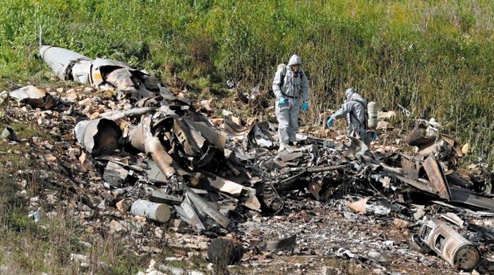 이스라엘 군사 당국 관계자가 10일(현지 시각) 시리아군의 대공미사일에 맞아 이스라엘 북부 하르두프 한 농장에 추락한 공군 F-16 전투기 잔해를 살펴보고 있다.