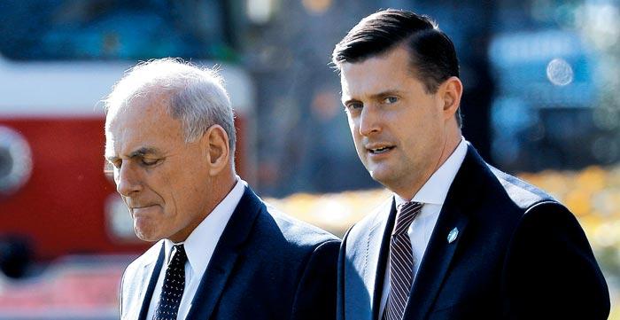 롭 포터(오른쪽) 전 백악관 선임비서관과 존 켈리 백악관 비서실장이 작년 11월 백악관 경내를 걷고 있다.