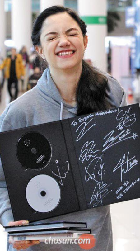 평창올림픽 출전을 위해 인천국제공항에 도착한'은반의 지배자'예브게니야 메드베데바는 아이돌그룹'엑소'의 자필 사인 앨범을 받아들곤 활짝 웃었다.