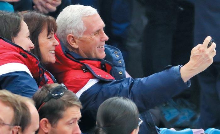마이크 펜스(맨 오른쪽) 미국 부통령이 10일 강릉 아이스아레나에서 열린 평창올림픽 쇼트트랙 예선전을 관람하다 관중과 휴대폰으로 사진을 찍고 있다.