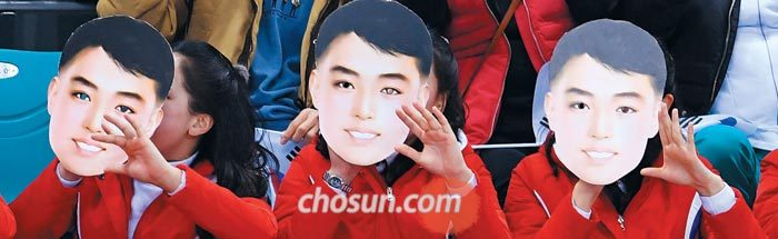 지난 10일 여자 아이스하키 단일팀 스위스전에 등장한 북한 응원단이 남자 가면을 쓰고 응원을 하는 장면.