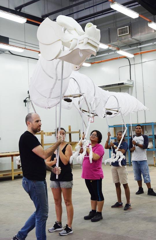 평창 동계올림픽 개막식의 퍼핏 디자이너인 니컬러스 마혼이 말레이시아의 퍼핏 제작사에서 뼈대와 머리 부분까지 만들어진 청룡 퍼핏의 구동을 시험하고 있다.