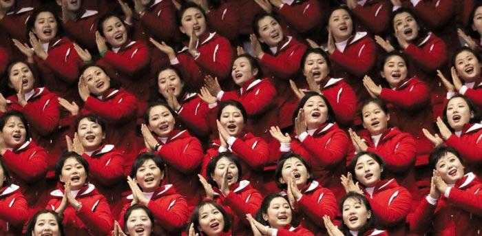 북한 응원단 90명이 쇼트트랙 예선 경기가 열린 10일 오후 강릉아이스아레나 관중석에서 손뼉을 치며 노래를 부르고 있다.