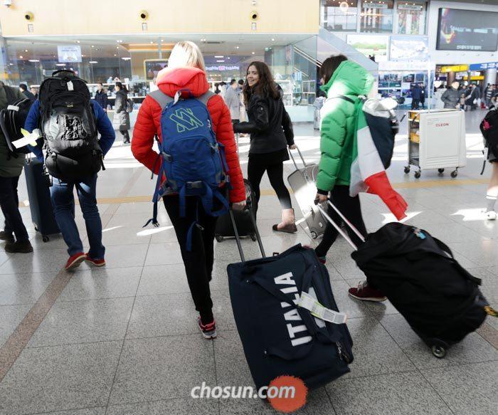 12일 오후 서울 용산구 서울역에서 이탈리아 관광객들이 평창행 KTX에 탑승하기 위해 짐을 끌며 이동하고 있다.
