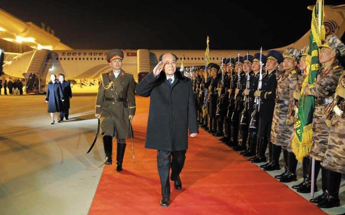 김영남(가운데) 북한 최고인민회의 상임위원장이 11일 밤 평양 국제공항에 도착해 북한군 명예위병대(의장대)를 사열하고 있다.