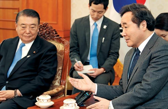 이낙연(오른쪽) 국무총리가 12일 정부서울청사에서 오시마 다다모리(왼쪽) 일본 중의원 의장과 만나 대화하고 있다.
