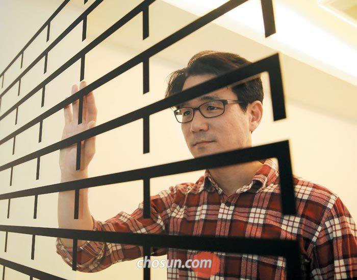 '한국이 싫어서''댓글부대'를 쓴 기자 출신 소설가 장강명(43)씨는 결혼한 지 10년 됐지만 아이는 없다.