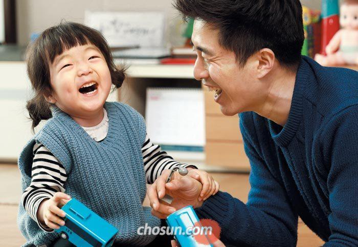 인천 서구의 김태규(34)씨 집 거실에서 김씨가 딸 꽃송이(4)와 눈높이를 맞춰 장난감을 갖고 놀고 있다.