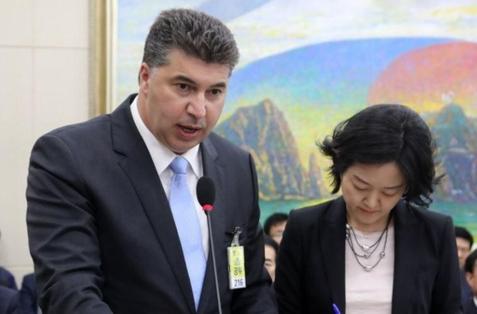 카허 카젬 한국GM 사장(왼쪽)이 지난해 10월 열린 국회 정무위 국정감사에 출석해 발언하고 있다./연합뉴스