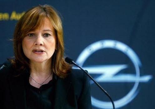 지난해 3월 매각을 발표한 유럽 자회사 오펠의 로고를 배경으로 발언하는 메리 바라 GM 회장/블룸버그