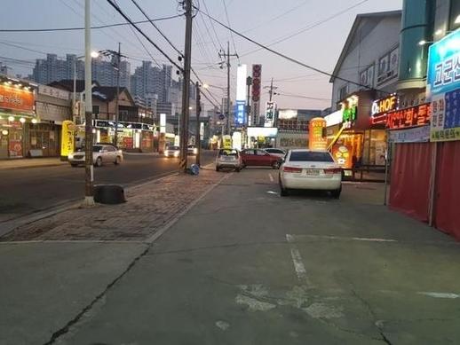한국GM 군산공장 인근에 위치한 군산 소룡동 먹자골목. 저녁시간에도 길거리를 걷는 사람이 거의 보이지 않을 정도로 상권이 쇠락했다./진상훈 기자