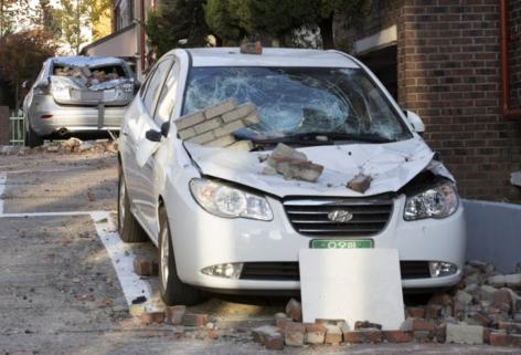포항 북구 다세대주택에 주차된 차량이 지진 잔해에 파손돼 있다./연합뉴스