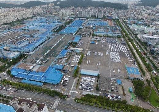 GM의 한국시장 철수설이 논란이 되고 있는 가운데 인천 부평구 한국지엠 공장에 차들이 비어있는 모습이다. /사진=조선DB