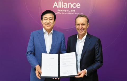 김정태(왼쪽) 하나금융 회장은 13일 싱가포르에서 로익 르 귀스케 오라클 유럽·중동·아프리카·아시아태평양 지역 사장과 함께 '글로벌 로열티 네트워크(GLN)' 구축을 위한 파트너십을 체결했다.