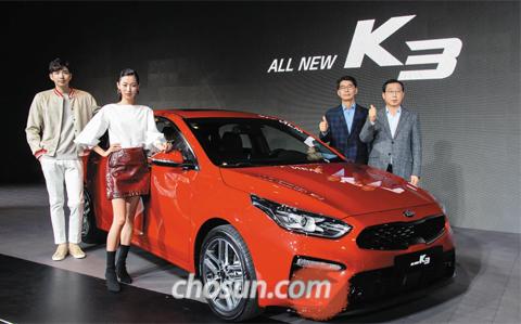 기아자동차가 13일 서울 광진구 그랜드워커힐 호텔에서 '올 뉴 K3'를 선보였다. 2012년 1세대 모델 출시 이후 6년 만에 나온 2세대 풀체인지 모델이다. 이날 공개 행사에서 박한우(오른쪽) 기아차 사장, 권혁호(왼쪽) 부사장이 올 뉴 K3와 포즈를 취하고 있다.