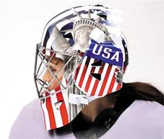 미국 여자 아이스하키 골리 니콜 헨슬리(24)의 헬멧 왼쪽 부분에 그려진 '자유의 여신상'.