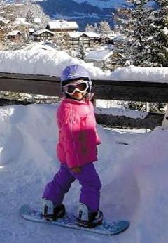 5살때 산 속에서 스노보드 클로이 김이 다섯 살 때 스노보드를 타고 있는 모습. 클로이는 네 살 때 스노보드를 타기 시작했다.
