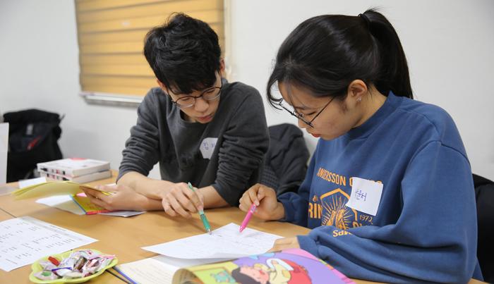 지난 10일 서울 서초구 자원봉사센터에서 자원봉사자들이 전래동화 '콩쥐팥쥐전'을 영어로 번역하고 있다.