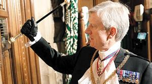 영국의 전임 '흑장관'이 여왕의 의회 연설에 의원들을 부르기 위해 하원 회의장 문을 두드리는 모습.