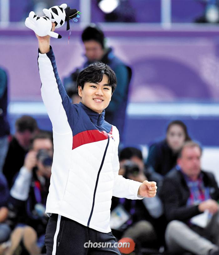 13일 평창 동계올림픽 남자 스피드스케이팅 1500m 동메달을 따낸 김민석이 강릉 스피드스케이팅 경기장에서 열린 시상식을 마치고 손을 들어 관중에게 인사하고 있다.