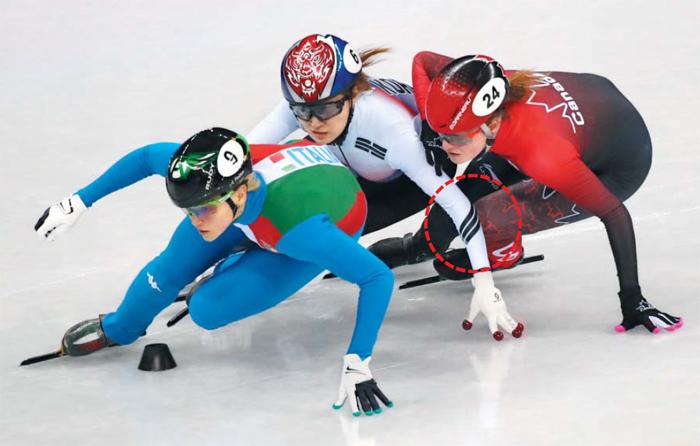 최민정(가운데)이 13일 여자 쇼트트랙 500m 결승 도중 아리안나 폰타나(왼쪽), 캐나다의 킴 부탱(오른쪽)과 코너를 돌고 있다. 최민정은 두 번째로 골인했으나 부탱을 추월하는 과정에서 손으로 상대 무릎을 건드렸다(빨간 점선 부분)는 이유로 실격 판정을 받았다.