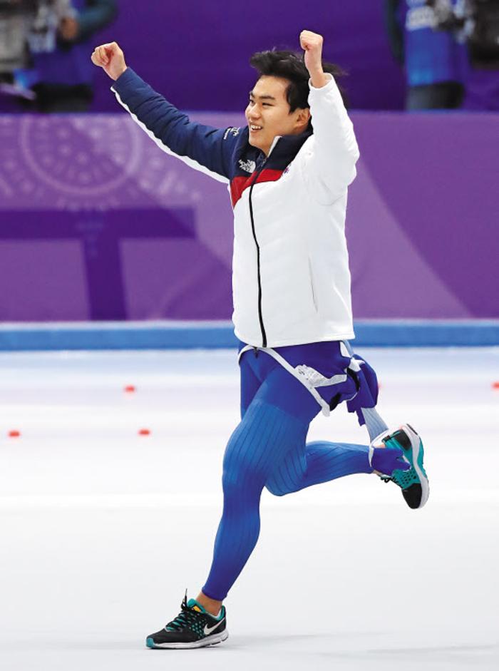 13일 스피드스케이팅 남자 1500m 레이스를 마치고 다른 선수들의 결과를 기다리던 김민석이 동메달을 확정짓자 환호하고 있다. 그는 대표팀 맏형 이승훈 등과 호흡을 맞추는 팀추월 종목에서도 메달을 노린다.