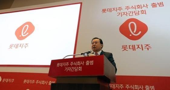 지난해 10월 열린 롯데지주 공식 출범 기자간담회에서 인사말하는 황각규 대표. /연합뉴스 제공