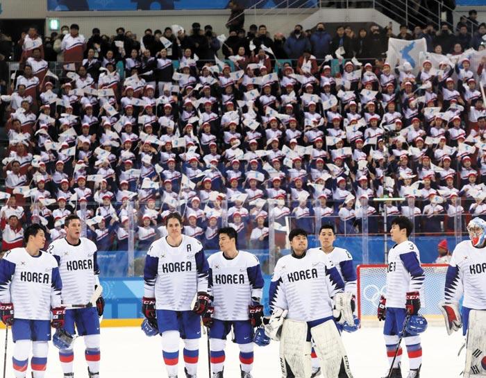 북한 응원단 220여명이 지난 15일 남자 아이스하키 한국과 체코전에서 한국 선수들 뒤로 보이는 A석(15만원)에 앉아 응원전을 펼쳤다.