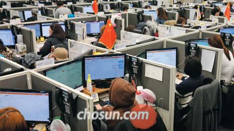 21일 경기도 부천시에 있는 유베이스 콜센터에서 직원들이 중국과 일본 등 해외 고객들을 상담하고 있다. 직원들의 책상 위에 해당 국가 출신임을 알려주는 일장기와 오성홍기 등이 꽂혀있다.
