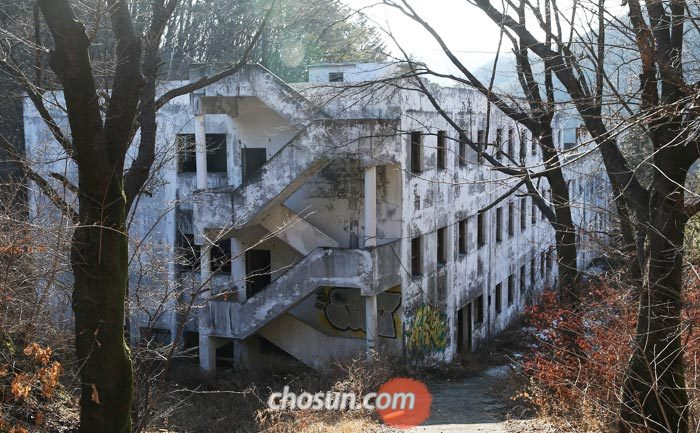 21일 찾은 경기도 광주시 곤지암읍의 일명'곤지암 정신병원'은 페인트칠이 벗겨져 검은색을 띠고 있었다.
