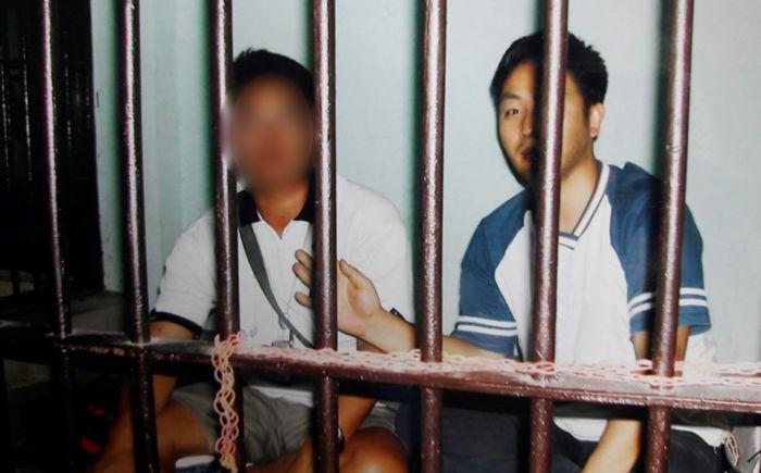 태국 감옥에 갇혔을 때. 오른쪽이 '수퍼맨'.