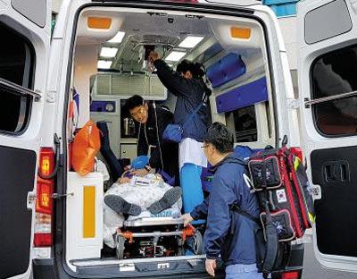 울산대병원 권역외상센터는 외과·응급의학과·전문 간호사 팀이 중증 외상 사고가 발생한 현장으로 출동하는'닥터 카(car)'프로그램을 운영하고 있다.