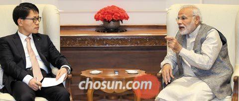 제2회 한·인도 비즈니스 서밋 개막을 하루 앞둔 26일 인도 뉴델리 총리 관저에서 나렌드라 모디(오른쪽) 인도 총리가 본지 박두식 편집국장과 인터뷰를 하고 있다.
