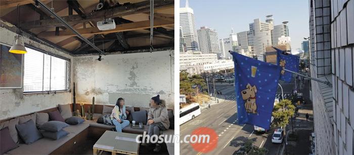 서울 을지로에 숨은 카페 '사층'. 옛 건물 내부를 거의 손대지 않고 구조만 바꿨다(왼쪽). 건물 5층에 있는 '투피스' 카페를 밖에서 알아볼 수 있는 것은 파란 깃발뿐이다(오른쪽).