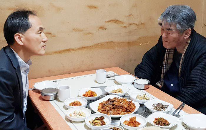 시인 김지하(오른쪽)