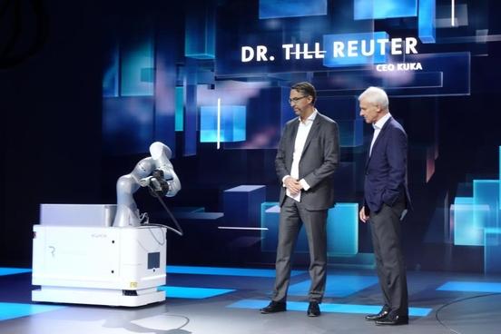 마티아스 뮐러 회장(오른쪽)과 틸 로이터 쿠카 CEO가 자동차용 모바일 충전 로봇인 '칼라'를 살펴보고 있다./진상훈 기자