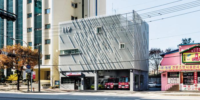 외벽을 뒤덮은 사선 차광판으로 소방 업무의 속도감을 표현한 서울 면목동 119안전센터.