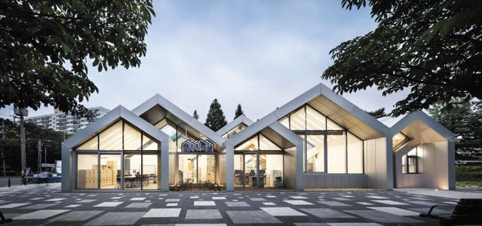 작은 집 여러 채가 모인 듯한 모양의 서울 월계동 어린이도서관 '한내 지혜의 숲'
