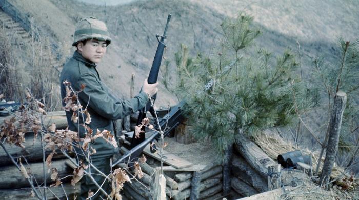 조양호 회장이 1970년대 육군 7사단에서 경계 근무를 서는 모습.