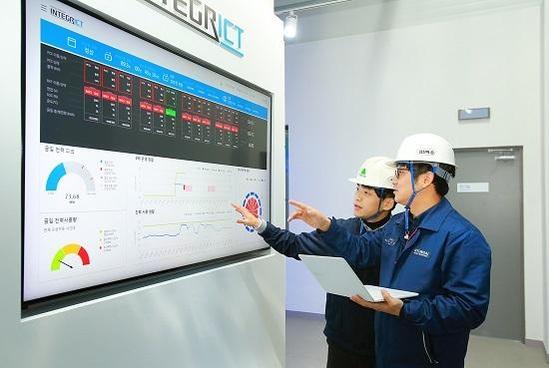 현대중공업 직원들이 에너지저장장치(ESS) 센터에서 공장 내 에너지 현황을 확인하고 있다./현대중공업 제공