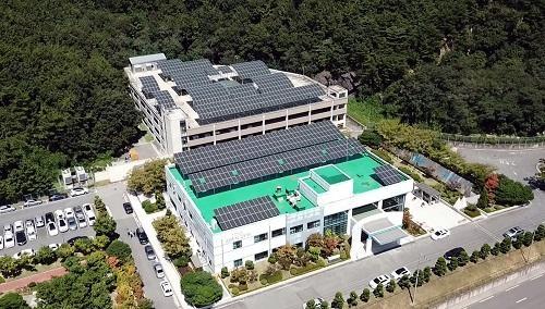 두산중공업 창원 본사에 설치된 ESS 연계 태양광 발전소./두산중공업 제공