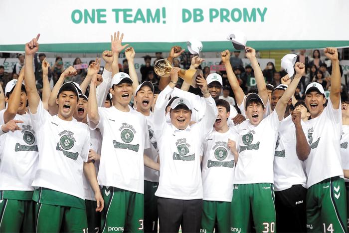 11일 프로농구 정규리그 우승을 확정 지은 원주 DB 선수단이 환호하는 모습. 이상범(가운데) 감독이 트로피를 들었다.