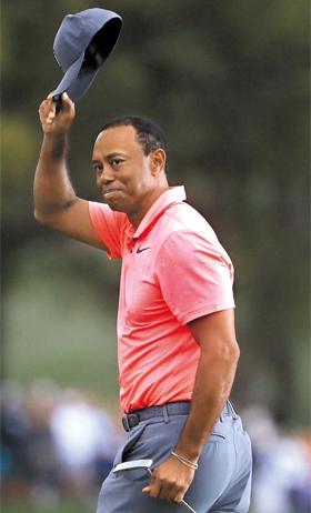 타이거 우즈가 11일 PGA 투어 발스파 챔피언십 3라운드를 마친 뒤 모자를 벗어 팬들에게 감사를 표하는 모습.