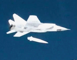 러시아 국방부가 공개한 '킨잘' 시험 발사 영상, 미그 31기에서 투하된 킨잘 미사일이 전방을 향해 날아가기 직전 모습이다.
