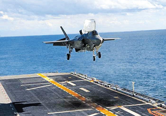 다음 달 초 경북 포항에서 실시되는 한·미 연합 상륙 훈련에 참가할 예정인 미 스텔스 전투기 F-35B가 대형상륙함 와스프함에서 수직 착륙 시험을 하고 있다.