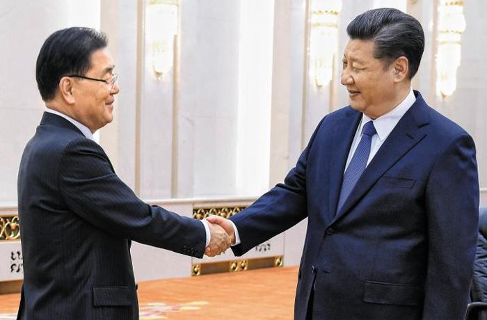 정의용 안보실장 만난 시진핑 주석 시진핑(오른쪽) 중국 국가주석과 정의용 국가안보실장이 12일 베이징 인민대회당에서 만났다. 문재인 대통령의 특사로 중국을 방문한 정의용 실장은 이날 시진핑 주석에게 방북·방미 결과를 설명했다.