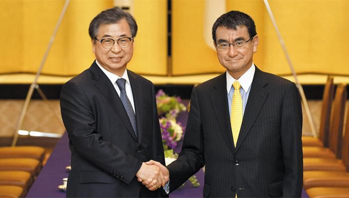 서훈(왼쪽) 국가정보원장이 12일 일본 도쿄에 있는 외무성 공관에서 고노 다로 일본 외무상을 만나 악수하고 있다.