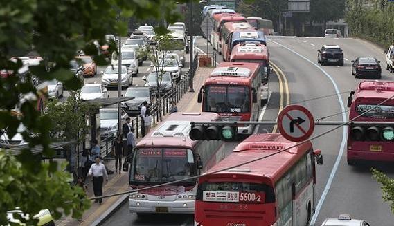 서울 명동에 광역버스들이 줄을 지어 정차해 있다. /조선일보DB