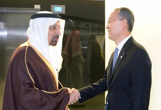 사우디아라비아를 방문한 백운규 산업통상자원부 장관은 12일(현지시각) 리야드 석유연구센터에서 알팔레 사우디 에너지산업광물자원부 장관을 난나 한국 정부의 원전 수출 지원의지를 적극 표명했다. /산업부 제공