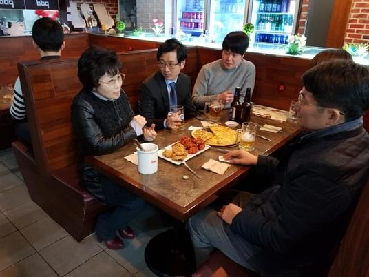 윤경주 BBQ 사장(사진 왼쪽)이 군산 수송점 BBQ 매장에서 일자리 지원 프로그램에 대해 설명하고 있다.